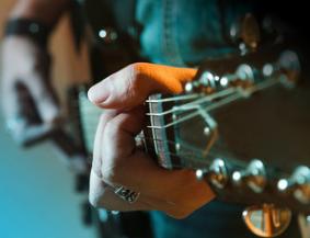 Cours de guitare niveau débutant à Lyon